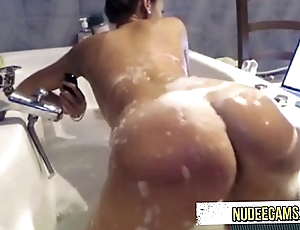 AMAZING girl takeing shower
