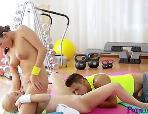 Pussyfucked babe orgasms during gym threeway