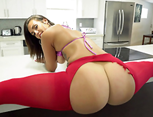 Kelsi Monroe does the splits shaking ass before shoving XXX toy into ass